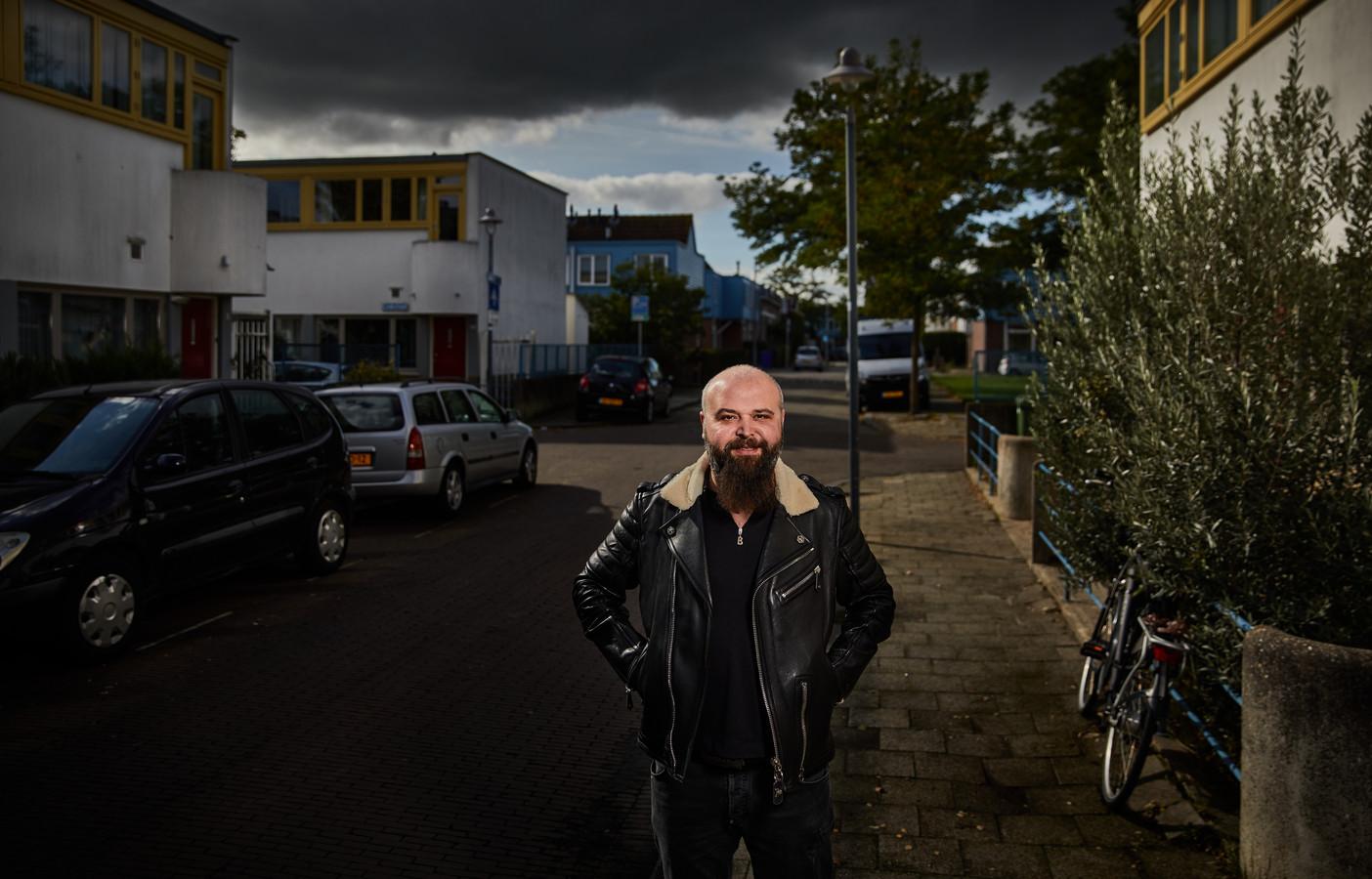 """Mufer Sener in zijn straat in De Kiefhoek. ,,In een onachtzaam moment sneed ik de pees van mijn rechterwijsvinger door."""""""