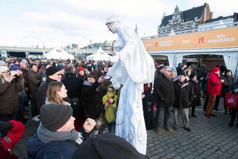 7 januari jongstleden: de Winter-BBQ van de stad op de Grote Markt lokt vooral autochtonen.