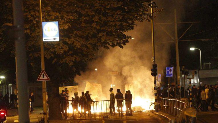 Brand in de Haagse Schilderswijk waar honderden betogers zijn samengestroomd. Zij protesteren tegen de gewelddadige dood van de Arubaan Mitch Henriquez. Beeld anp