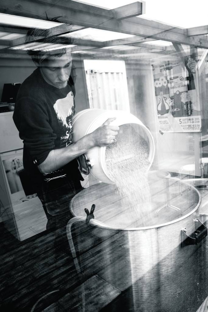 Roel Buckens bezig in zijn eigen brouwerij op bedrijventerrein Stek in de Belcrum in Breda. foto frontaal