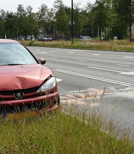 Bestuurder gewond na ongeluk met twee auto's in Enschede