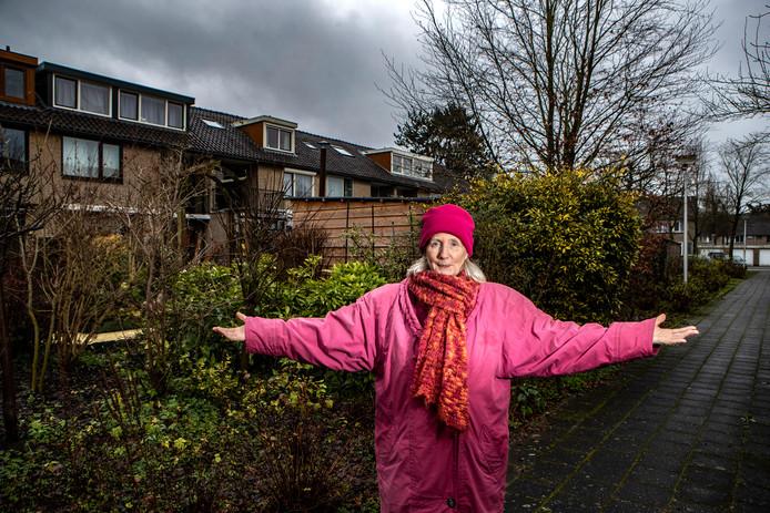 Een eerder dit jaar gemaakte foto in de wijk Borgele. Ada Branderhorst woont op de Arendshorst 23, al meer dan 40 jaar. Het achterste deel van haar tuin heeft ze gekocht -zegt ze- maar dat kan ze niet bewijzen, want alle papieren weg.