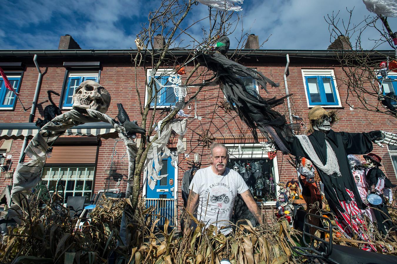 Bert van Gorkum voor zijn Halloweenhuis in de Dongestraat.