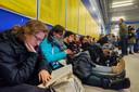 Stroomstoring: NS-reizigers doden de tijd op Utrecht CS.