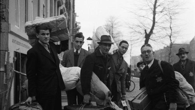 Medewerkers van de 'Bagage-afdeling' van de afdeling 'Hulp aan Vertrekenden' van de Joodse Raad. Beeld Joh. de Haas / NIOD