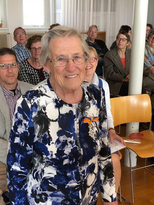 Johanna van Loon (87) Lid in de Orde van Oranje-Nassau