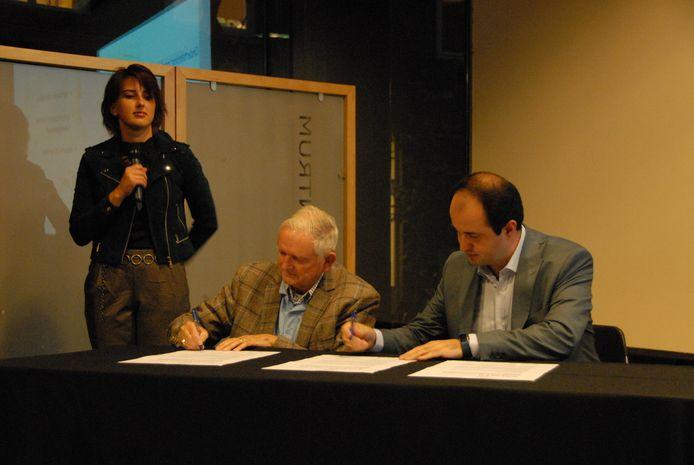 Jo Gorter en wethouder Ufuk Kàhya ondertekenen het manifest 'Iedereen doet mee' in het bijzijn van presentator Marlien van Goor