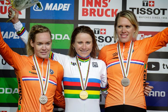 Anna Van der Breggen en Annemiek Van Vleuten na de tijdrit in Innsbruck, samen met Ellen Van Dijk.