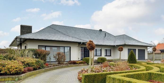 Een te koop staande Belgische villa in het ten zuiden van Breda gelegen Hoogstraten Meer.
