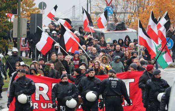 Deelnemers van de extreemrechtse betoging in het Duitse Bielefeld.