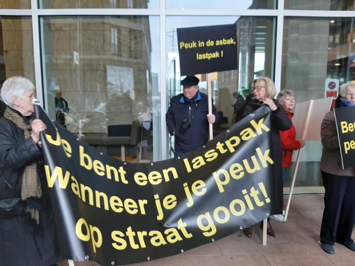Boze omwonenden bij de entree van De Rotterdam.