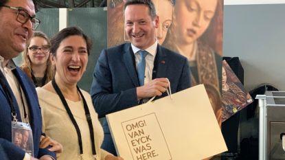 Vlaams minister Zuhal Demir en Gents schepen Sami Souguir geven aftrap 'OMG! Van Eyck was here' op luchthaven: reizigers worden getrakteerd op speciale 'goodybags'