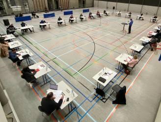 """Terwijl premier Alexander De Croo (Open Vld) telewerk verplicht, vergadert zijn eigen gemeenteraad in Brakel ook vanavond nog fysiek: """"Coronaveilig en veel kwalitatiever dan babbelen tegen schermpjes"""""""