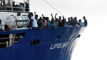 """Francken vangt 15 bootvluchtelingen op: """"'t Is goed voor één keer"""""""