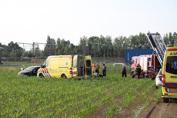 De auto kwam na het ongeval op de A15 in een maïsveld naast de weg terecht.