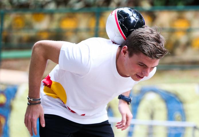 Max Verstappen jongleert met een bal in Sao Paulo.