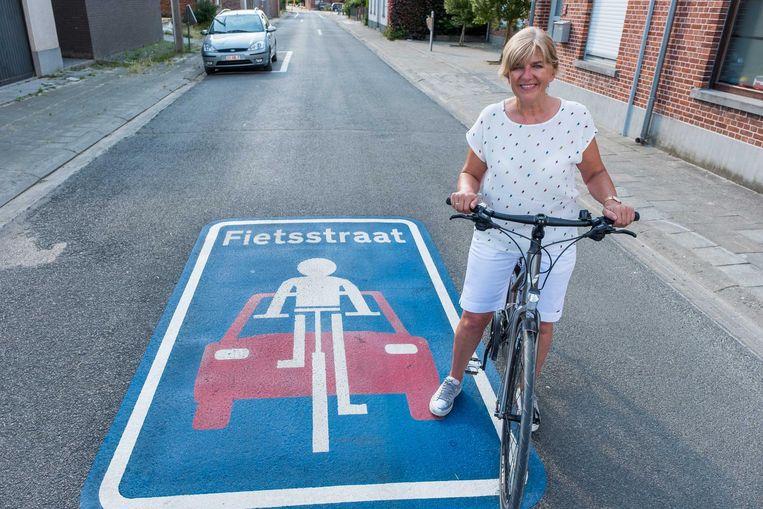 Schepen Carine Goris in de Kapelstraat, die sinds enkele maanden al een fietsstraat is.