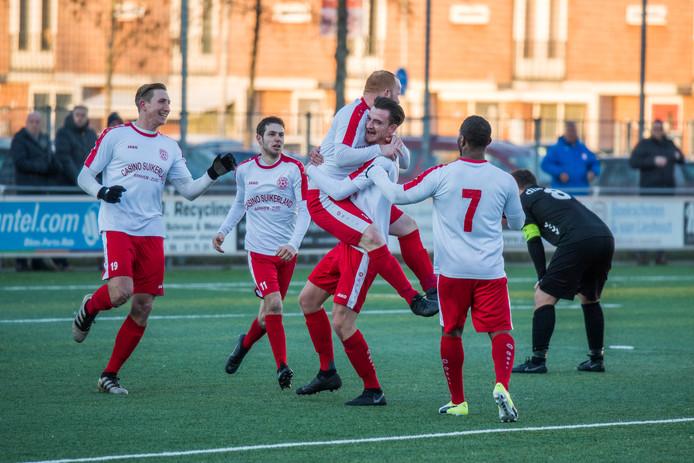 Spelers van MASV vieren feest, zondag kan de titel behaald worden door te winnen in Doetinchem.