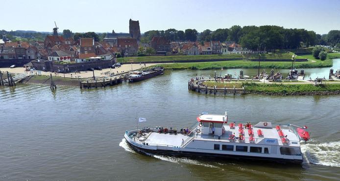 Het langer doorvaren met de oude vloot van Riveer, bijvoorbeeld tussen Gorinchem en Woudrichem,  kost de gemeente Gorinchem meer geld.