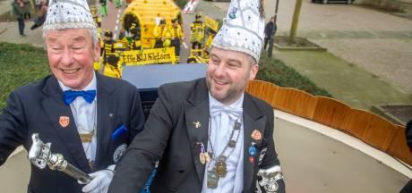 Prins Huub mag na 23 jaar toch eindelijk op de prinsenwagen, samen met zoon Job