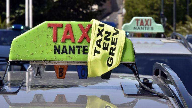 Taxichauffeurs in Nantes blokkeerden vandaag tijdens een staking de toegang tot een hotel waar geïnteresseerde Uber-chauffeurs zich konden aanmelden.