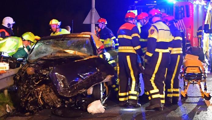 De zwaar beschadigde auto op A58