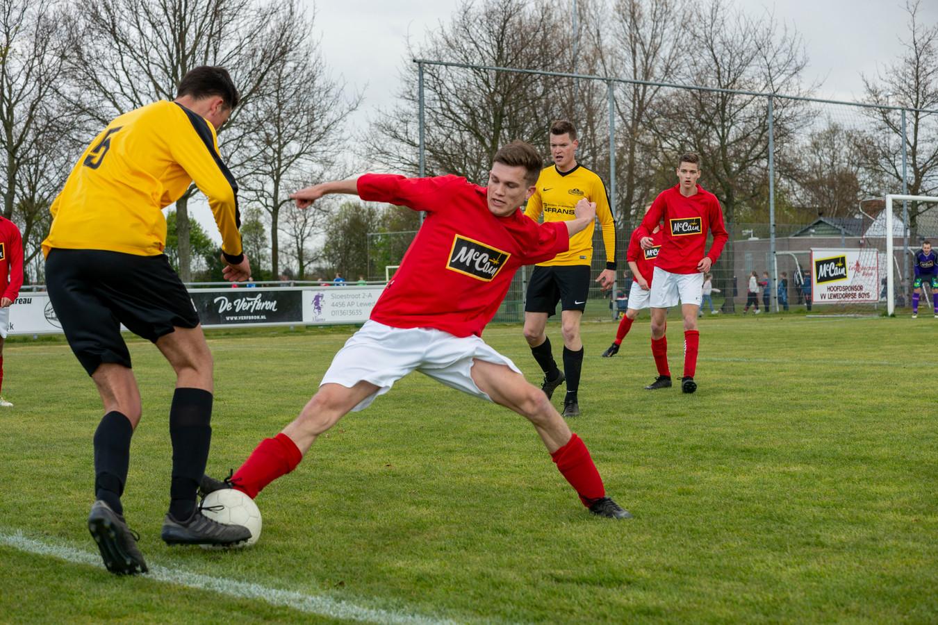 Hoedekenskerke/Kwadendamme (gele shirts) gaat in de derby bij DwO'15 op zoek naar de eerste zege sinds de eerste speeldag.