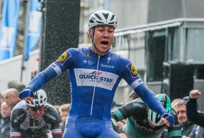 Fabio Jakobsen juicht na weer een gewonnen sprint.