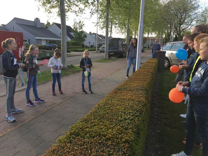 Vier meiden (links) uit Berkel-Enschot liepen een alternatieve wandelvierdaagse en worden op 1,5 meter onthaald door vrienden