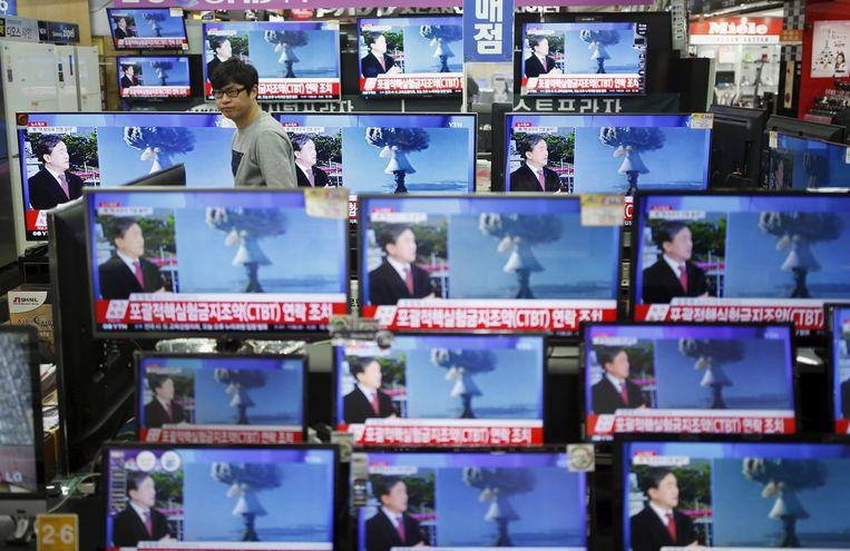 Het nieuws over de atoomproeven wordt in een televisiewinkel uitgezonden in Seoul, de hoofdstad van Zuid-Korea. Beeld reuters