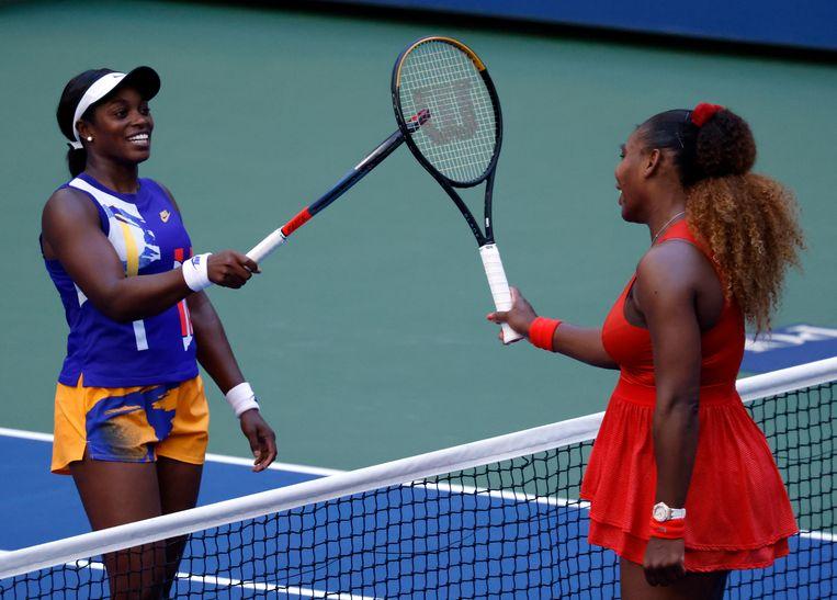Sloane Stephens (links) en Serena Williams zaterdag na afloop van hun partij in de derde ronde. Williams won met 2-6, 6-2, 6-2. Beeld EPA