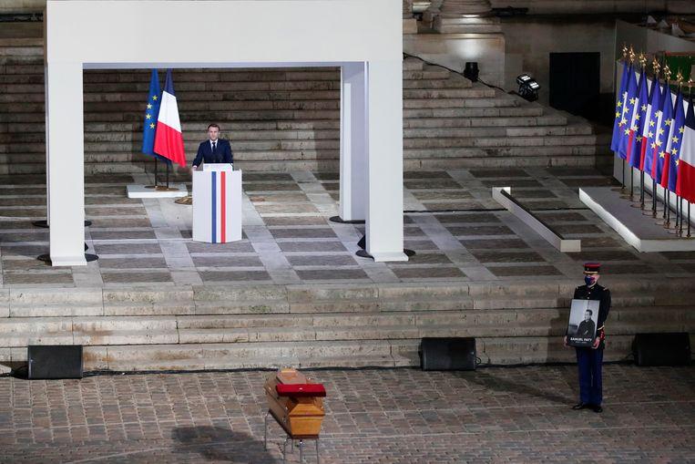 Macron spreekt zijn toespraak uit op het binnenhof van de Sorbonne Universiteit, in Parijs. Beeld EPA