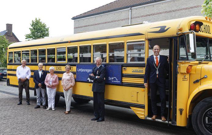 Met burgemeester Han Looijen op pad voor het lintje.