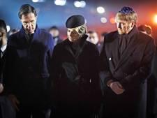 Koninklijk echtpaar en premier Rutte branden kaars bij herdenking in Auschwitz