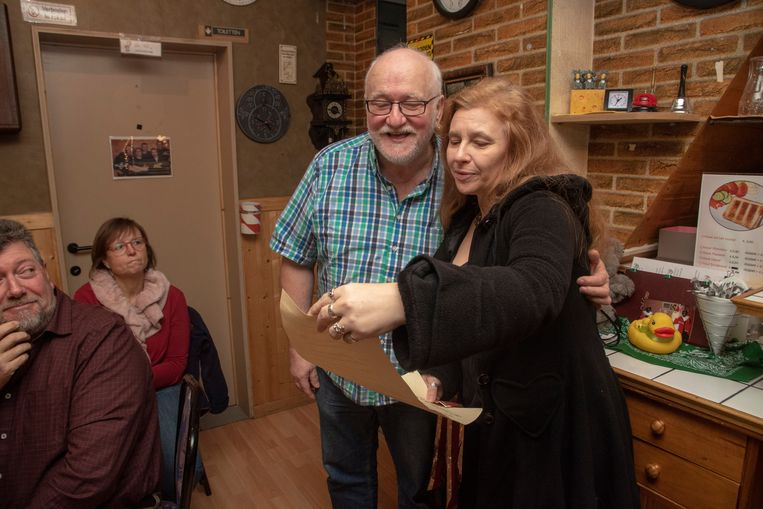 Julien en Francine stoppen na 37 jaar met hun frituur. Trouwe klant Carla komt nog langs met cadeau en afscheidsbrief.