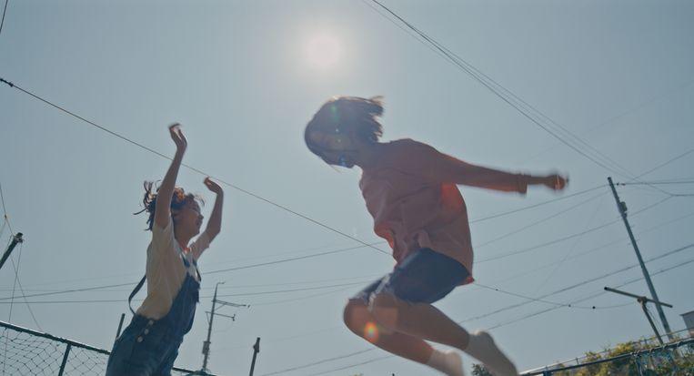 De 14-jarige Eunhee (Ji-hu Park) op de trampoline met haar beste vriendin. Beeld