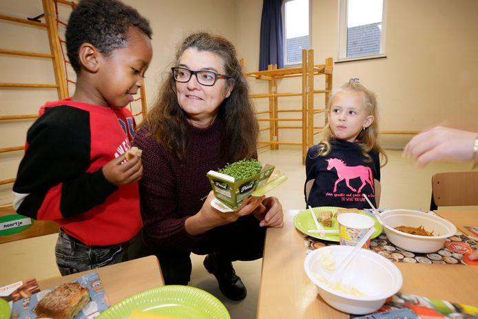 Kleuters proeven tuinkers tijdens het schoolontbijt op basisschool de Weerijs.
