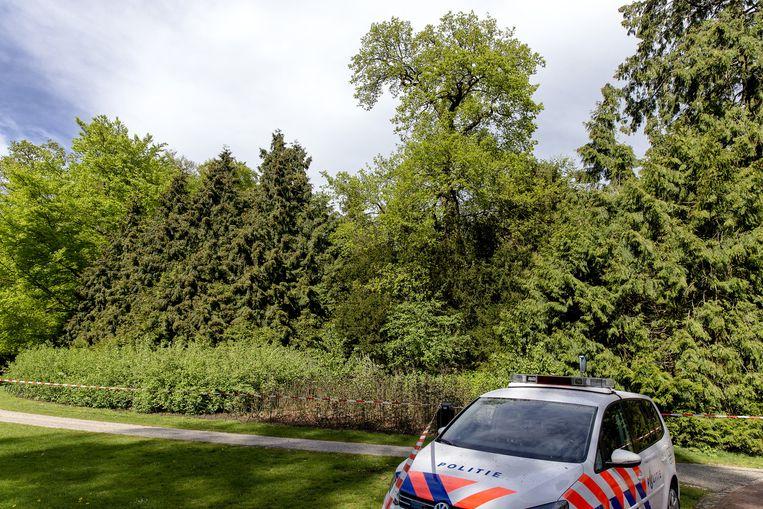 Een politieauto staat in een park aan de Randenbroekerweg voor de plek waar twee mensen omkwamen door blikseminslag. Beeld anp