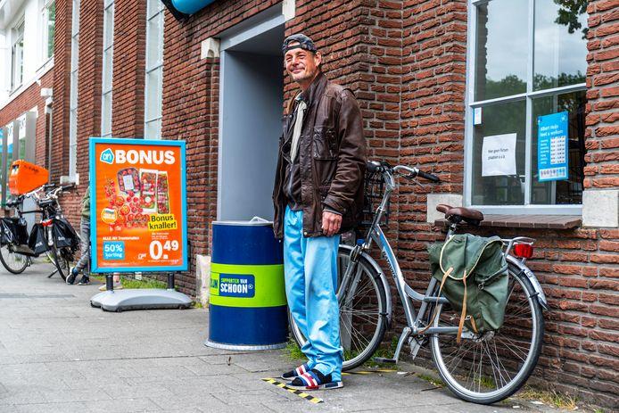 Straatnieuws Utrecht zal niet meer in gedrukte vorm verschijnen. Eelco Morro (49) op het Willem van Noortplein, de plek waar hij altijd de straatkrant verkocht.