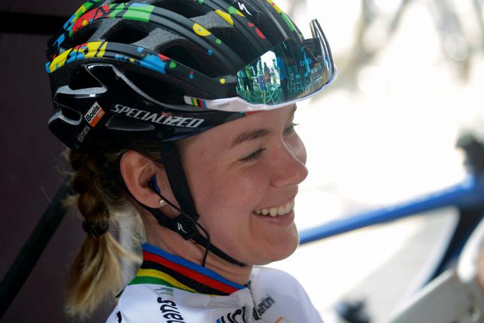 Anna van der Breggen kan nog een maandje genieten van de regenboogtrui.
