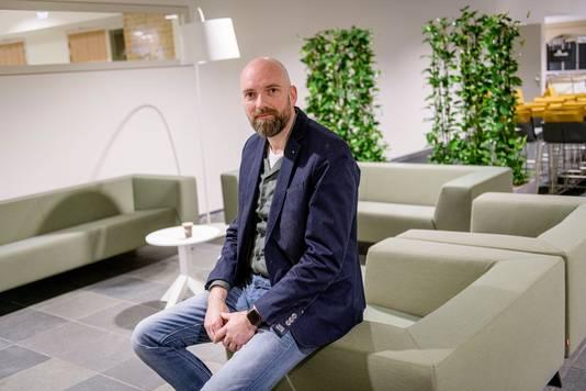 Mark Vrugteveen in een zithoek, waarvan de rugleuningen en zittingen zijn gemaakt van hergebruikte matrassen.