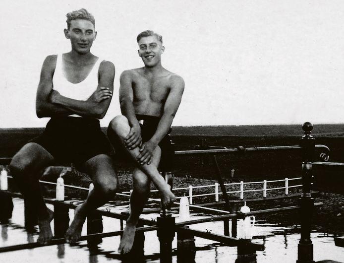 Verzetsstrijders Wim Quakkelaar (rechts) en Jaap Rus bij het Goese Sas, in 1942.