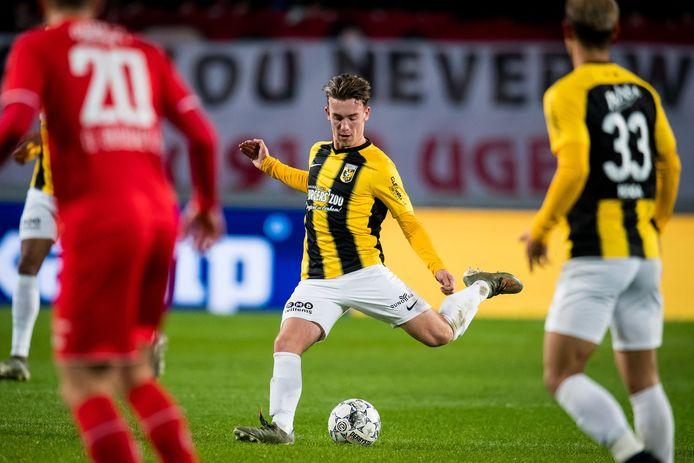 Patrick Vroegh (midden) toont zijn traptechniek voor Vitesse in het duel met FC Twente.  Het talent praat met de Arnhemse club over een contract voor drie seizoenen.