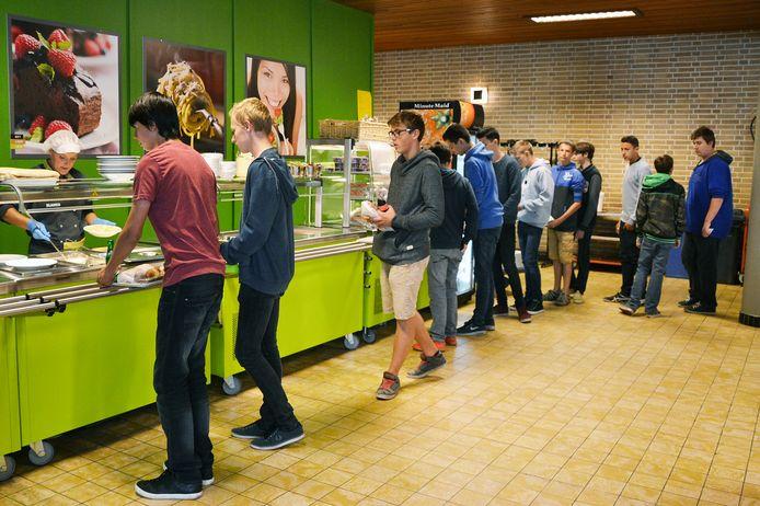 Leerlingen schuiven aan in het schoolrestaurant van het VTI in Dendermonde.