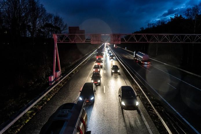 GELDROP - Drukte en files op de snelweg A67 ter hoogte van Geldrop. Vanwege het slechte weer is het erg druk op de weg.