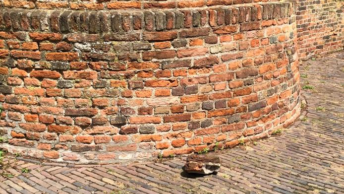 De steen onderaan de stadsmuur.