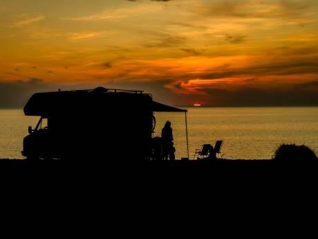 Ouddorp stroomt vol met campers, ook op illegale plekken, 'Er is nergens plaats, alles zit vol'