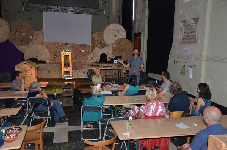 Debat over opgroeiende pubers in de kapel van Vagevuur.