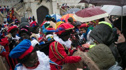 Sinterklaas, Pieten en véél paraplu's