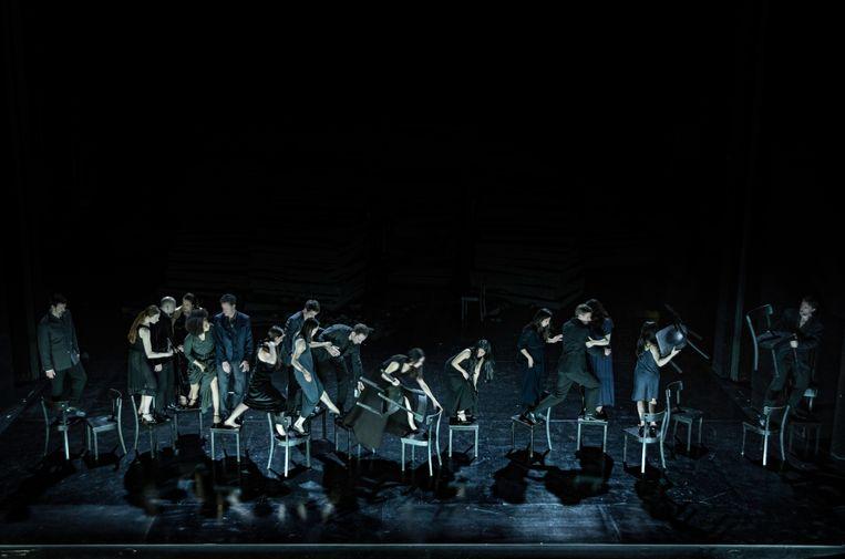 De stoelen uit 'Café Müller' worden in 'Neues Stück' aaneengeregen tot een brug over denkbeeldig water. Beeld *